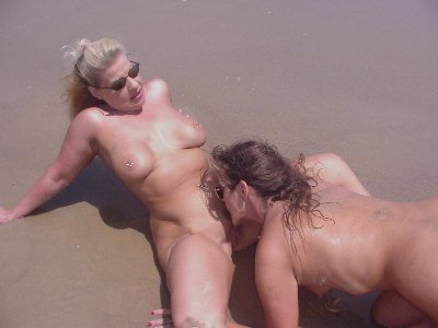 Sucking clit of mature babe : Nude Beach